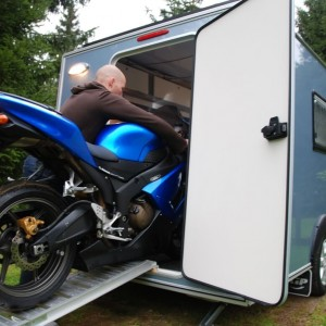 Motor inladen in Kip Shelter
