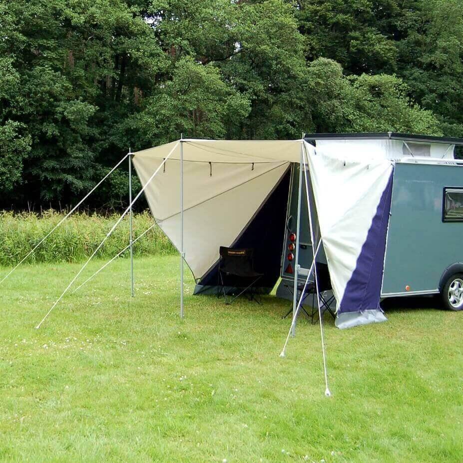 De compacte caravan wordt een stuk ruimtelijker met de Shelter Vario Luifel van De Waard