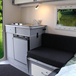 Kip Shelter Plus uitzicht naar het keukenblok