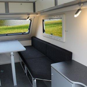 Zitgedeelte van de Kip Shelter Plus in een compacte caravan