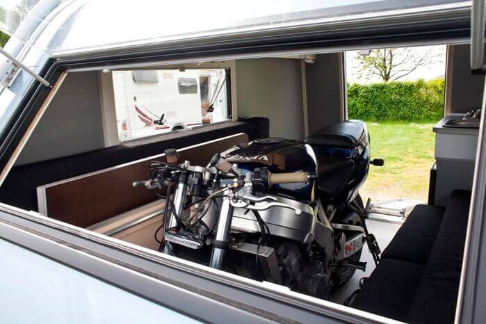 Motorfiets in de Kip Caravan Shelter Plus