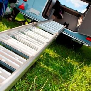 Kip kleine caravan met kleine deur