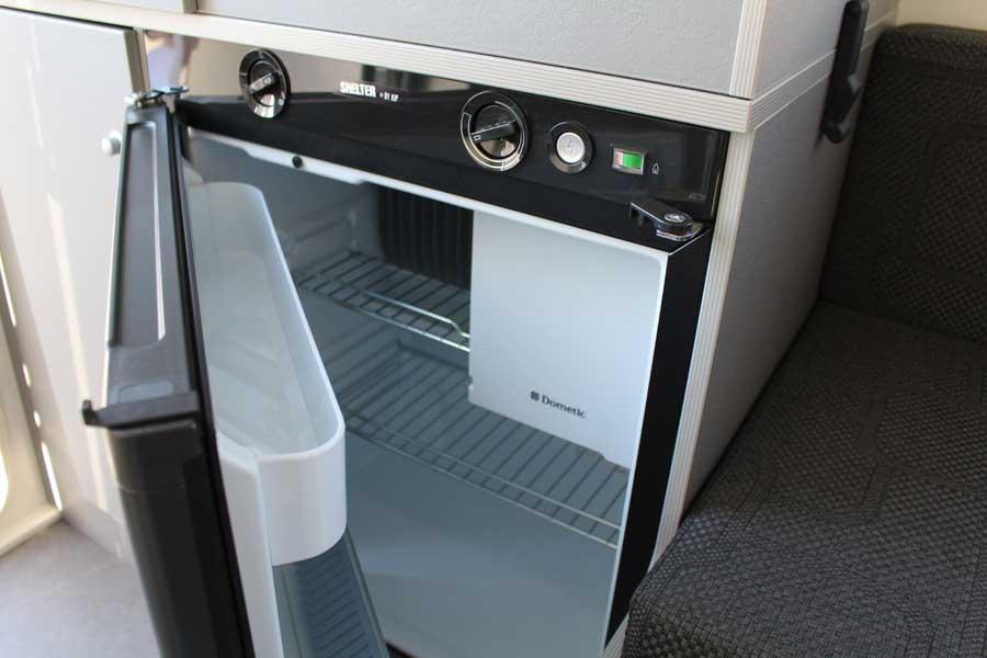 Kip Shelter plus is voorzien van een koelkast